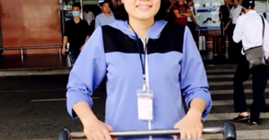 Nhân viên đẩy xe hàng sân bay nội bài trả đồ cho khách nửa tỉ